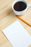 Penna, blankt papper ombord och kopp av coffe Arkivbilder