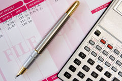 Penna, calcolatore e cedolino paga dell'inchiostro Immagini Stock Libere da Diritti