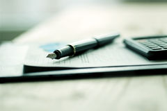 Penna, cellulare e documentazione di affari immagini stock libere da diritti