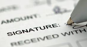Penna che firma vicino all'impronta del testo Immagini Stock Libere da Diritti