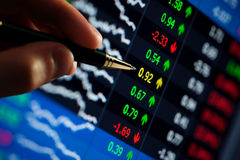 Penna che indica ai prezzi delle azioni Immagini Stock Libere da Diritti