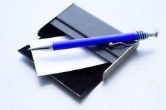 Penna che pone su una cassa per le schede Immagini Stock Libere da Diritti