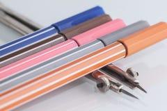 Penna colorscolored pennor och passare Fotografering för Bildbyråer