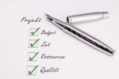 Penna con i segni di spunta Fotografia Stock Libera da Diritti