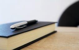 Penna con il blocco note di carta sulla tavola Fotografia Stock Libera da Diritti