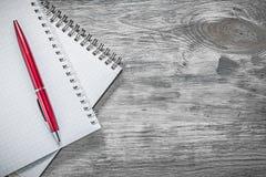 Penna controllata del biro dei taccuini sul concetto dell'ufficio del bordo di legno Fotografie Stock Libere da Diritti