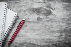Penna controllata del biro dei taccuini sul concetto di istruzione del bordo di legno Fotografie Stock Libere da Diritti