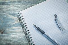 Penna controllata del quaderno sul concetto dell'ufficio del bordo di legno Fotografia Stock