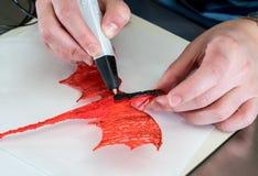 penna 3-D di stampa che crea una forma del drago Immagine Stock