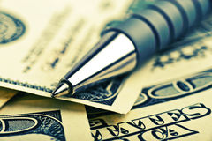 Penna del primo piano sui soldi Fotografia Stock