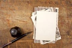 Penna dell'inchiostro dell'annata, inkpot e vecchie fotografie Fotografie Stock Libere da Diritti