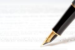Penna dell'inchiostro sul documento Fotografie Stock