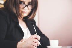 Penna della mano della donna fotografie stock libere da diritti