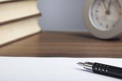 Penna della pallottola, libri, orologio, carta vuota Fotografia Stock Libera da Diritti