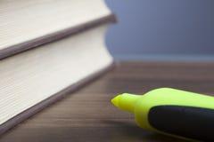 Penna della pallottola, libri, orologio, carta vuota Immagini Stock