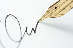 Penna di fontana dell'oro con l'impronta Fotografia Stock
