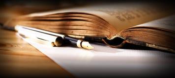 Penna di fontana e del libro Fotografia Stock Libera da Diritti