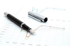 Penna di fontana sul diagramma di affari Fotografie Stock