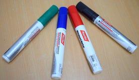 Penna di indicatori di colore su un bordo immagine stock libera da diritti