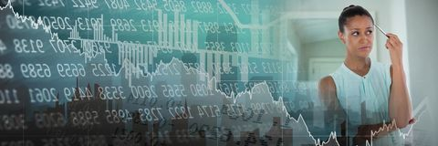Penna di pensiero e di tenuta della donna di affari nella stanza fresca con le figure finanziarie transizione del mercato azionar Fotografia Stock Libera da Diritti