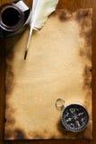 Penna di spoletta e della bussola su vecchio documento Fotografia Stock