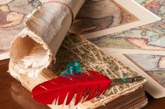 Penna di spoletta e uno strato del papiro immagini stock
