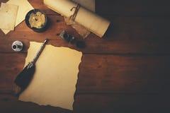 penna di spoletta e vecchia carta pergamena sulla tavola di legno marrone fotografia stock
