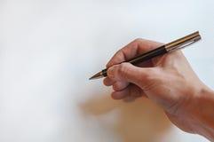 Penna di tenuta della mano dell'uomo fotografie stock libere da diritti