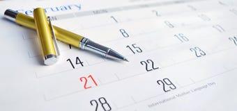 Penna dorata sul calendario fotografia stock