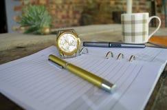 Penna dorata sul taccuino Fotografia Stock
