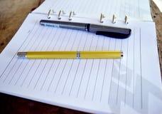 Penna dorata sul taccuino Fotografia Stock Libera da Diritti
