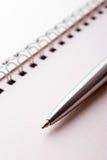 Penna e blocchetto per appunti Fotografie Stock Libere da Diritti