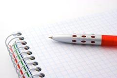 Penna e blocchetto per appunti immagini stock