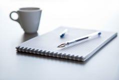 Penna e blocchetto per appunti sulla tabella d'acciaio. Immagini Stock Libere da Diritti