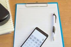 Penna e calcolatore di carta sull'ufficio dello scrittorio Immagini Stock Libere da Diritti