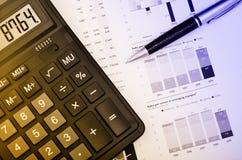 Penna e calcolatore sopra il rapporto annuale Fotografia Stock Libera da Diritti