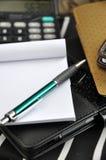 Penna e carta in bianco sul taccuino nero immagini stock libere da diritti