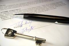 Penna e chiave su un contratto legale Fotografia Stock Libera da Diritti