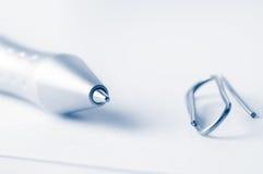 Penna e clip Fotografie Stock Libere da Diritti