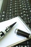 Penna e computer portatile Fotografia Stock