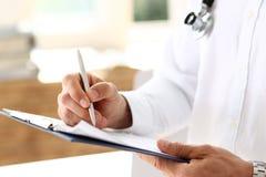 Penna e lavagna per appunti maschii dell'argento della tenuta della mano di medico della medicina Fotografie Stock