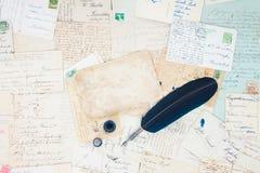 Penna e lettere della piuma Fotografia Stock Libera da Diritti