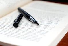 Penna e libro Fotografie Stock Libere da Diritti