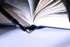 Penna e libro di Ball-point Fotografia Stock Libera da Diritti