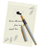 Penna e macchia sul foglio bianco di carta Fotografia Stock