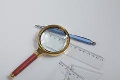 Penna e righello, isolati su fondo bianco Fotografie Stock Libere da Diritti