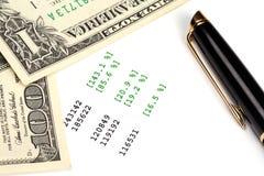Penna e virgolette finanziarie su documento Fotografie Stock Libere da Diritti