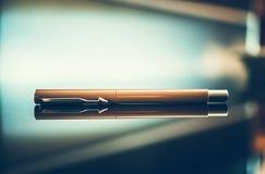 Penna elegante sullo scrittorio vetroso immagini stock libere da diritti