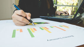 Penna för hand för funktionsduglig kvinna hållande med den affärsöversikts- eller för affärsplan rapporten med diagram och grafer Royaltyfri Fotografi