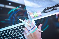 penna för nål för affärsmanhand funktionsduglig och digital minnestavladator royaltyfria bilder